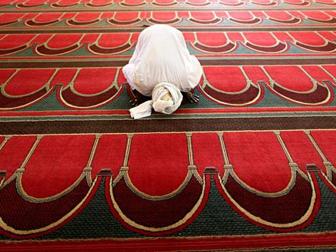Ein Muslim beim Gebet in der Moschee