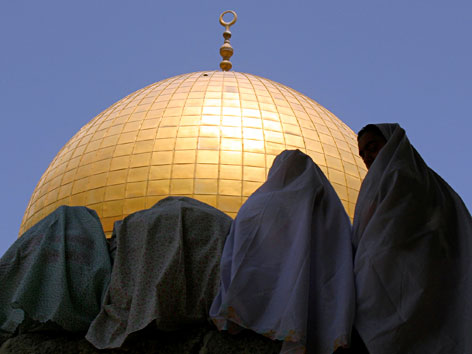 Betende Frauen vor dem Felsendom in Jerusalem