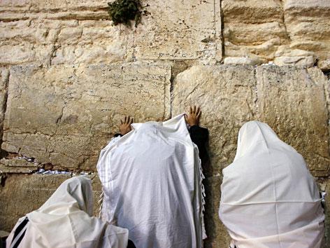 Juden beten an der Klagemauer in Jerusalem