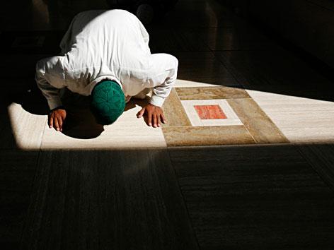 Ein betender Muslim in einer Moschee