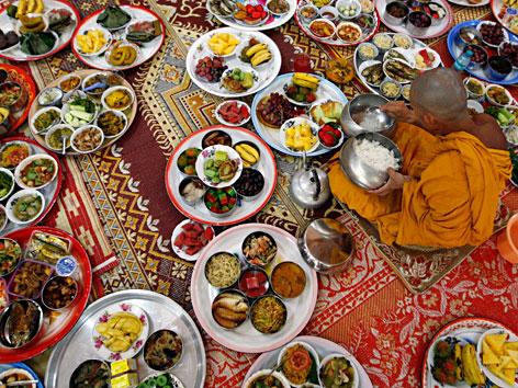 Opfergabe für die Toten zum buddhistischen Fest Vesakh