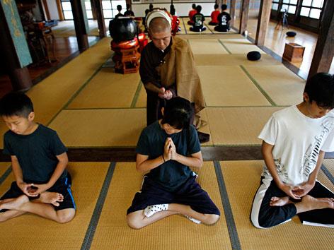 Jugendliche bei der japanischen Zen-Meditation