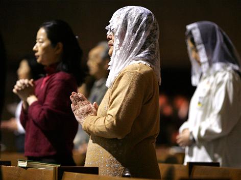Japanische Katholikinnen beten in der Kathedrale inTokio
