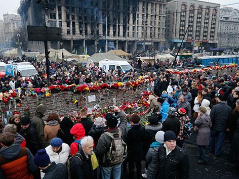Ukrainer bei einem Gedenken der Opfer im Zentrum von Kiew.