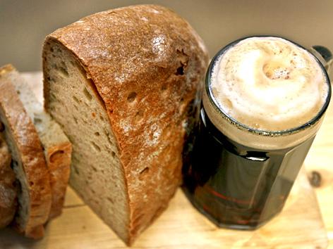 Symbolfoto Fastenzeit: Brot und Starkbier