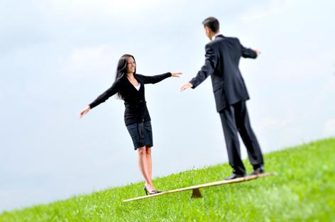 Ein Mann und eine Frau stehen auf einer Wippe
