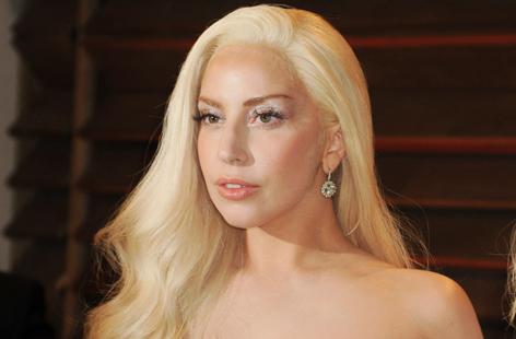Lady Gaga lächelt