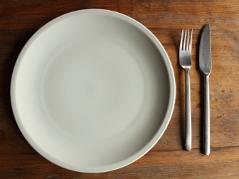 Leerer Teller mit Besteck als Symbol für die Fastenzeit