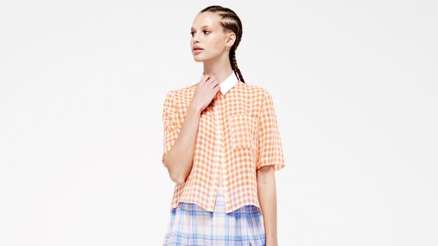 Ein Model mit einer karierten Bluse
