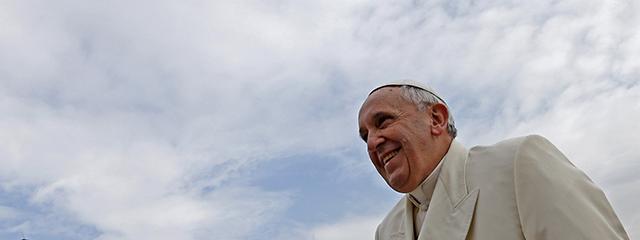 Papst Franziskus vor blauem Himmel