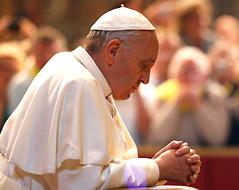 Papst Franziskus betet