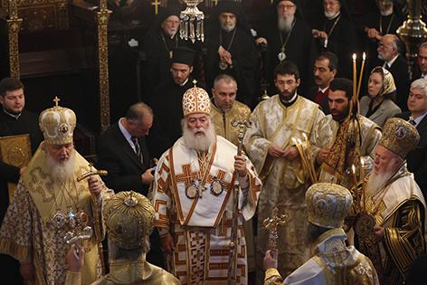 Drei Patriarchen in festlichem Gewand beim Gottesdienst