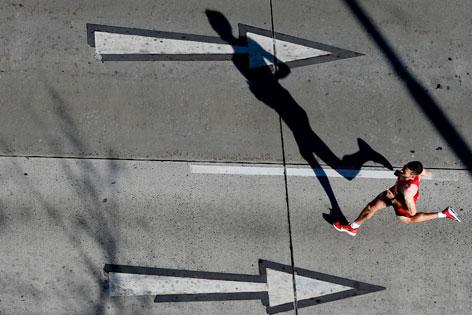 Marathonläufer wirft einen Schatten