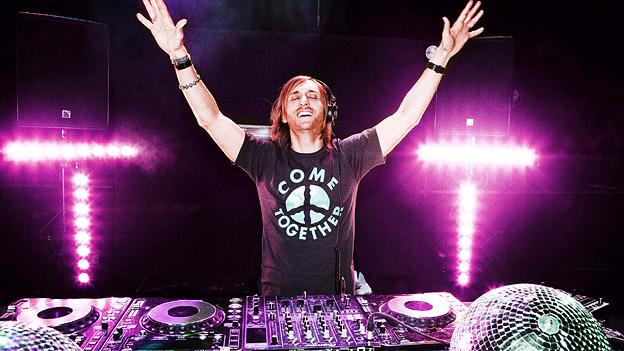 DJ David Guetta vor seinem Mischpult.