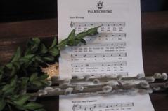 Palmkätzchen und Ölzweig auf Noten zum Palmsonntag mit dem Klosterneuburger Wappen
