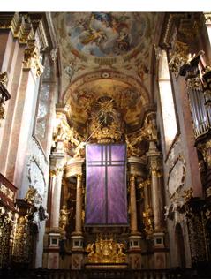 Stiftskirche Klosterneuburg innen mit dem vom Fastentuch verhüllten Altar