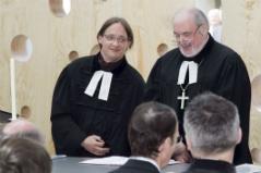 Pfarrer Laslo Laslo und Superintendent Paul Weiland am Altar