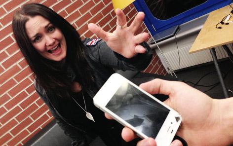 Gabriele Hiller mit ihrem Handy.