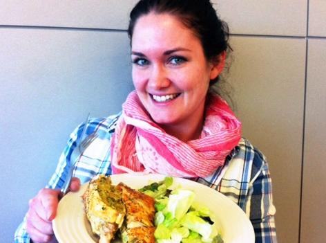 Gabi Hiller mit einem Teller voller Essen