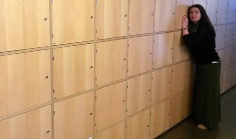 Gabi Hiller vor einer Wand mit vielen Kästchen
