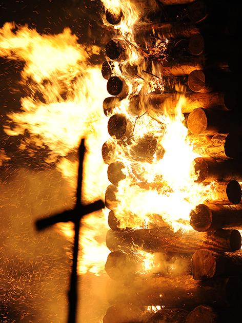Kreuz und brennendes Osterfeuer