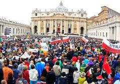 Menschenmassen auf dem Petersplatz