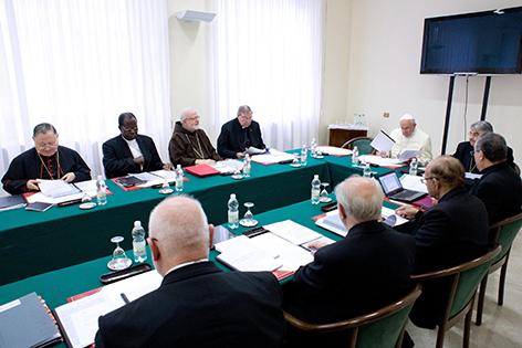 Papst mit Kardinälen an einem großen Sitzungstisch