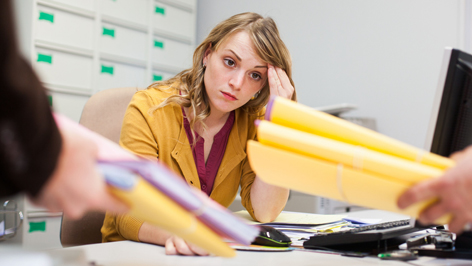 Eine junge Frau an einem Schreibtisch