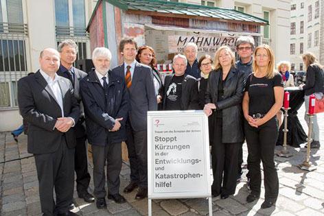 Mitwirkende an der 100 Stunden Mahnwache gegen Entwicklungshilfe-Kürzungen auf dem Ballhausplatz in Wien