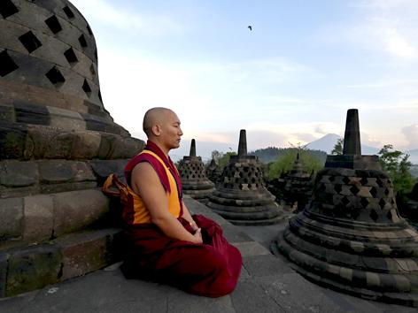 Buddhistischer Mönch betet beim Borobudur-Tempel auf Java, Indonesien (Vesakh-Fest)
