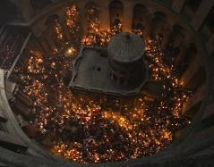 Innenraum der Grabeskirche von oben. Tausende Lichter rund um Kapelle mit Grab Christi.