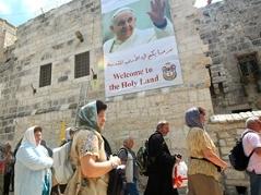 Plakat auf der Geburtskirche in Bethlehem kündigt Papst-Besuch an