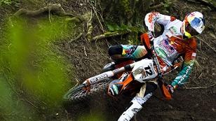 Motocross-Fahrer im Wald