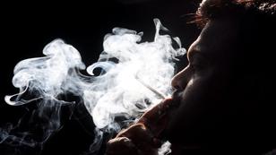 Silhouette eines rauchenden Mannes