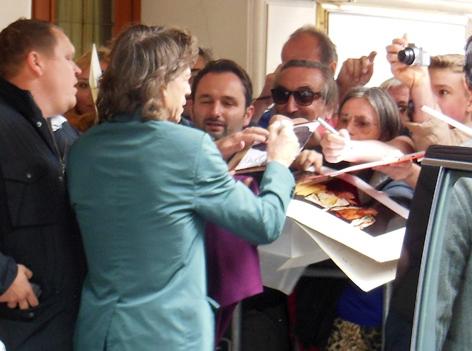 Mick Jagger schreibt Autogramme vor dem Imperial in Wien