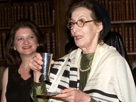 Eveline Goodman-Thau 2001 bei ihrer Inauguration als Rabbinerin der Reformsynagoge Or Chadasch in Wien