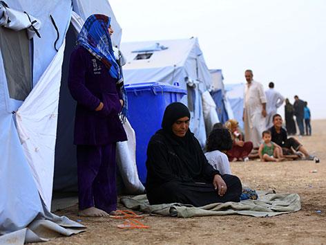Ein Flüchtlingslager mit blauen Zelten 350 Kilometer von Bagdad entfernt