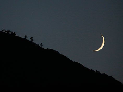 Eine Mondsichel am Nachthimmel
