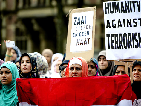 Musliminnen demonstrieren in Den Haag (Niederlande) gegen die Terrorgruppe ISIS