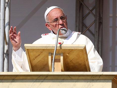 Papst Franziskus mit Mikrofon