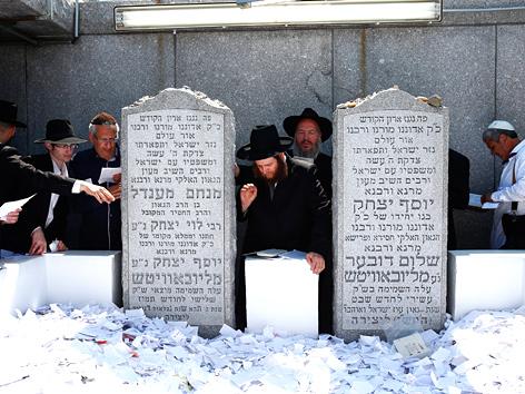 Chassidische Juden gedenken des 20. Todestags des Lubawitscher Rebbe Menachem Mendel Schneerson in New York