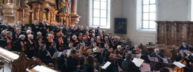 Altarraum der Bregenzer Stadtpfarrkirche St. Gallus mit Chor und Orchester
