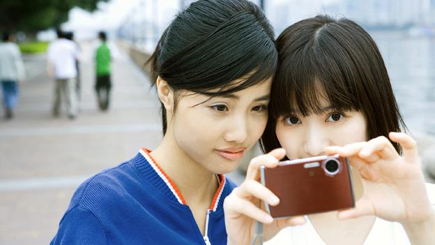 asiatische Mädchen lieben Weiß