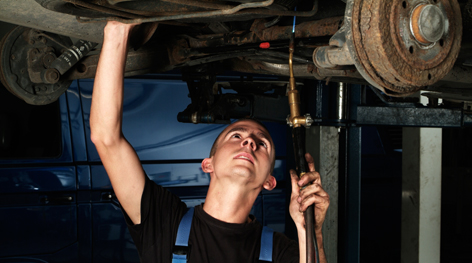 Ein Mechaniker repariert ein Auto
