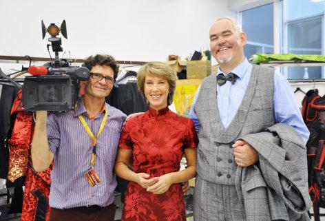 Im Bild: Kameramann Alexander Roschanek , Barbara Rett und Sänger Albert Pesendorfer (Bass) in der Schneiderei der Bregenzer Festspiele.