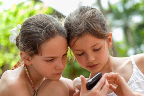 Zwei Mädchen mit einem Smartphone