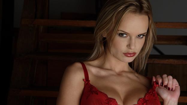Blonde Frau mit roten Dessous