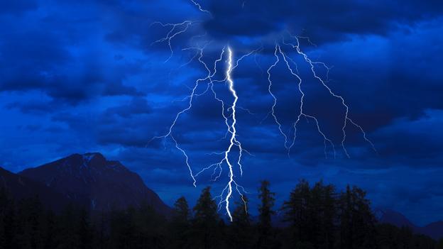 Ein Blitz erleuchtet den Nachthimmel