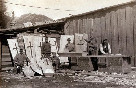Im Bild: Sargproduktion, Bild von Foto-Pionier Anton Trixl. Der Soldat und Fotograf Anton Trixl hinterließ ein Album mit mehr als 350 einzigartigen Fotografien aus dem Kriegsalltag im 1. Weltkrieg.