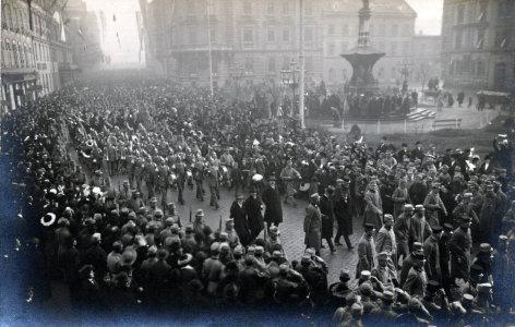 """Im Bild: """"Auf in den Krieg"""", in Innsbruck, am heutigen Bozner Platz, ziehen Soldaten mit Pomp und Trara in den Krieg. Noch herrscht Kriegseuphorie."""